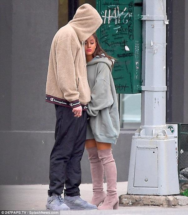Ariana Grande buồn bã xuất hiện lần đầu bên chồng sắp cưới sau cái chết của người yêu cũ 2