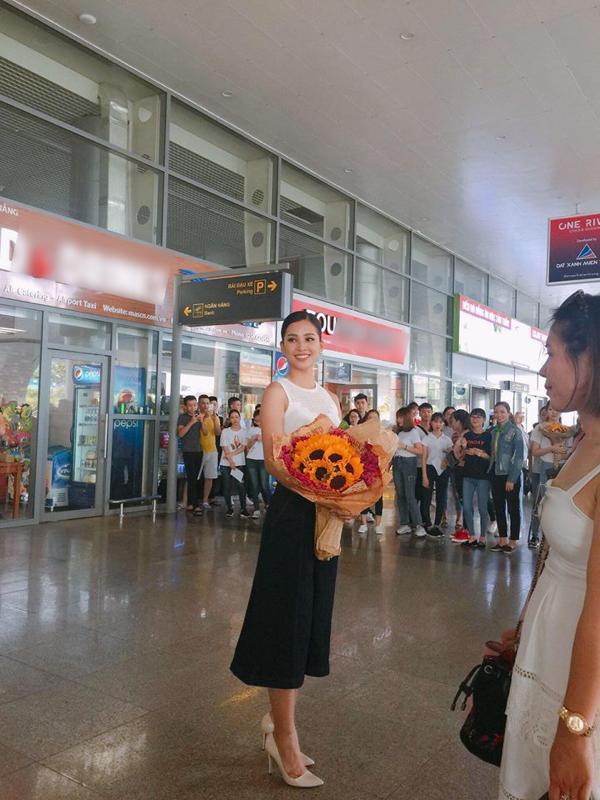 Nàng Tân hoa hậu Việt Nam mỉm cười hạnh phúc khi nhìn thấy gia đình, bạn bè cùng rất nhiều fan hâm mộ đến sân bay đón mình