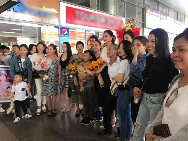 Hoa hậu Tiểu Vy giản dị trở về quê hương, hạnh phúc trong vòng tay của bố mẹ 1