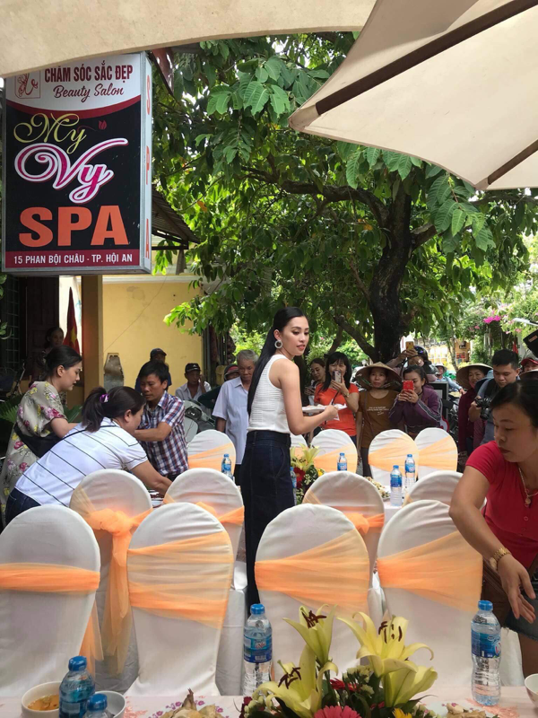 Hoa hậu Tiểu Vy giản dị trở về quê hương, hạnh phúc trong vòng tay của bố mẹ 10