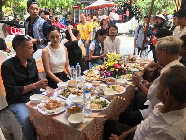 Hoa hậu Tiểu Vy giản dị trở về quê hương, hạnh phúc trong vòng tay của bố mẹ 13