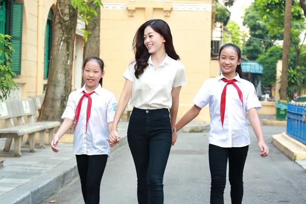 Chiều tối ngày 22/9, ngay khi đặt chân về đến Hà Nội trong sự chào đón của gia đình, Á hậu Phương Nga liền tham gia ngay buổi thiện nguyện dành cho trẻ em tại bệnh viên Xanh Pôn sau khoảng thời gian ngắn ngủi ăn cùng bữa cơm với gia đình.