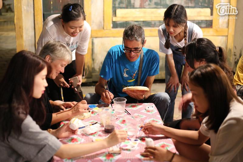 Theo chân du khách nước ngoài tham gia trải nghiệm Tết Trung thu Việt thời bao cấp 12