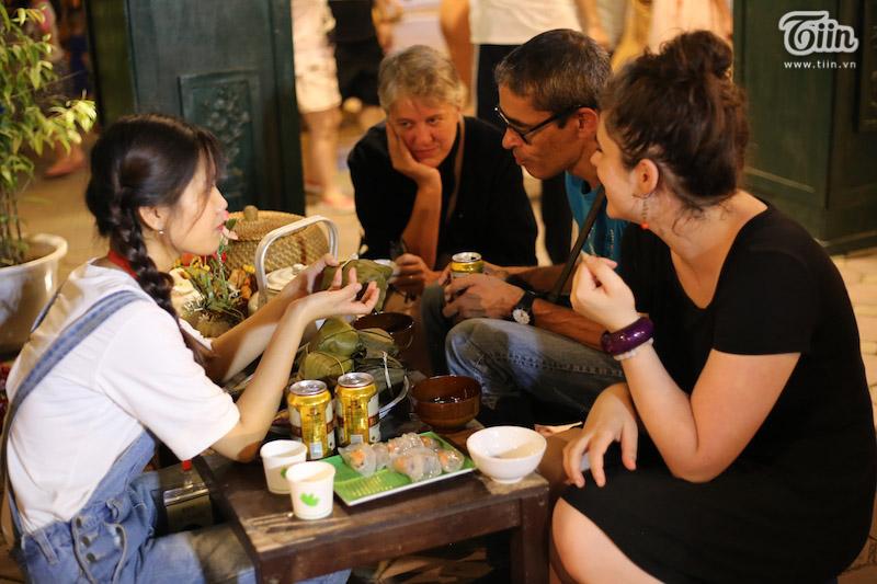 Theo chân du khách nước ngoài tham gia trải nghiệm Tết Trung thu Việt thời bao cấp 17