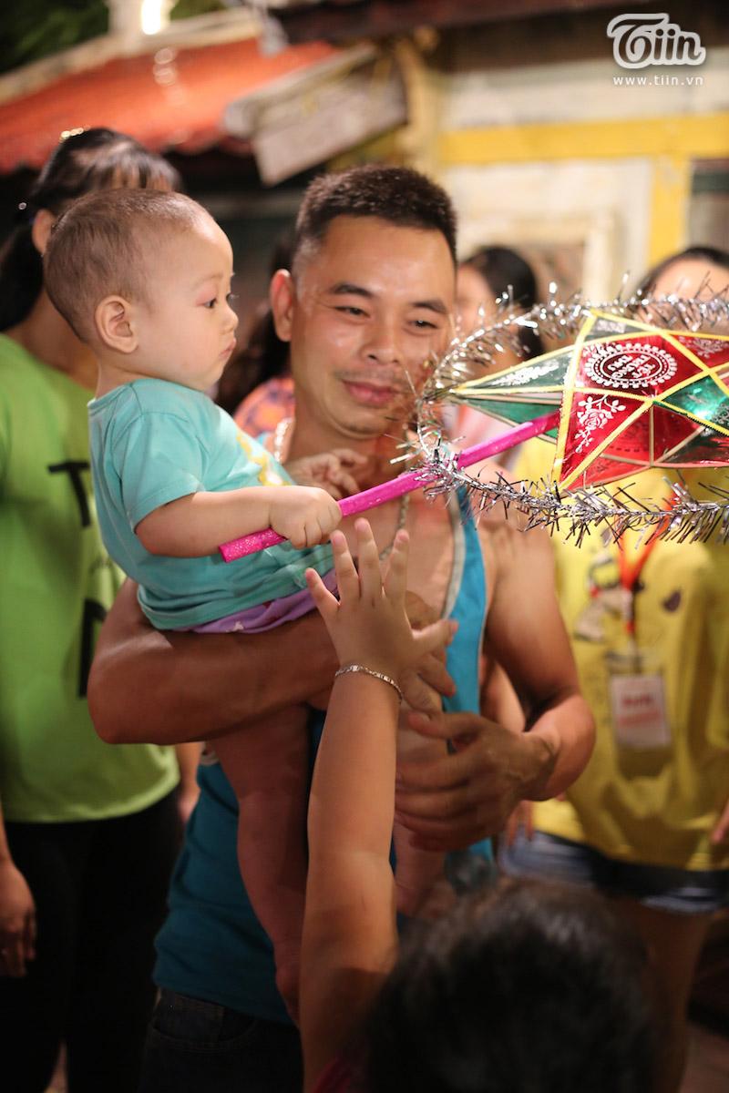 Theo chân du khách nước ngoài tham gia trải nghiệm Tết Trung thu Việt thời bao cấp 18