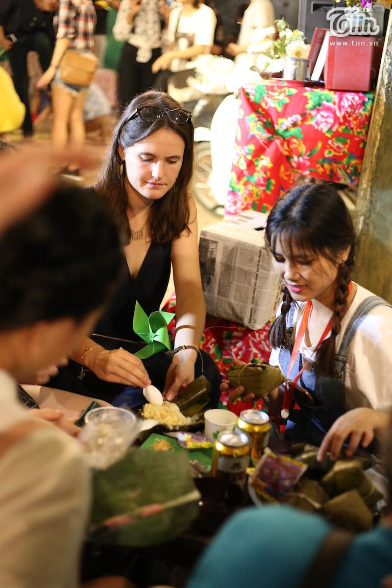 Thưởng thức món ăn vặt của Việt Nam.
