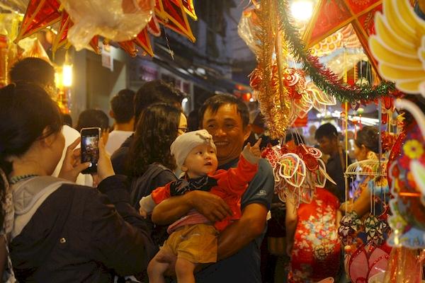 Không chỉ giới trẻ, rất nhiều gia đình cũng lựa chọn phố lồng đèn là điểm vui chơi trung thu cho các bé thiếu nhi.