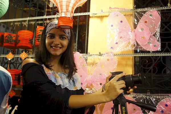Cô bạn người nước ngoài hào hứng dùng máy ảnh ghi lại khoảnh khắc nhộn nhịp của đêm trung thu tại phố lồng đèn Lương Nhữ Học ở quận 5.