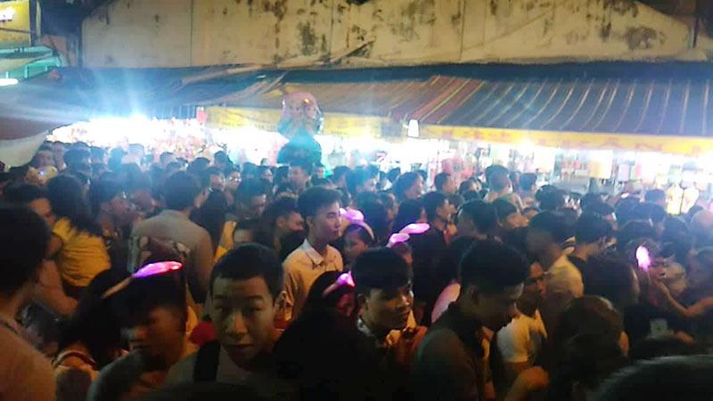 Biển người đông đúc đổ về phố lồng đèn ngày 14/8 Âm lịch.
