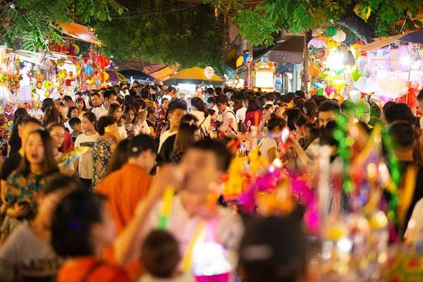 Ngay khi trời vừa tối, những địa điểm vui chơi nổi tiếng như Hàng Mã, phố đi bộ đã chật ních người qua lại