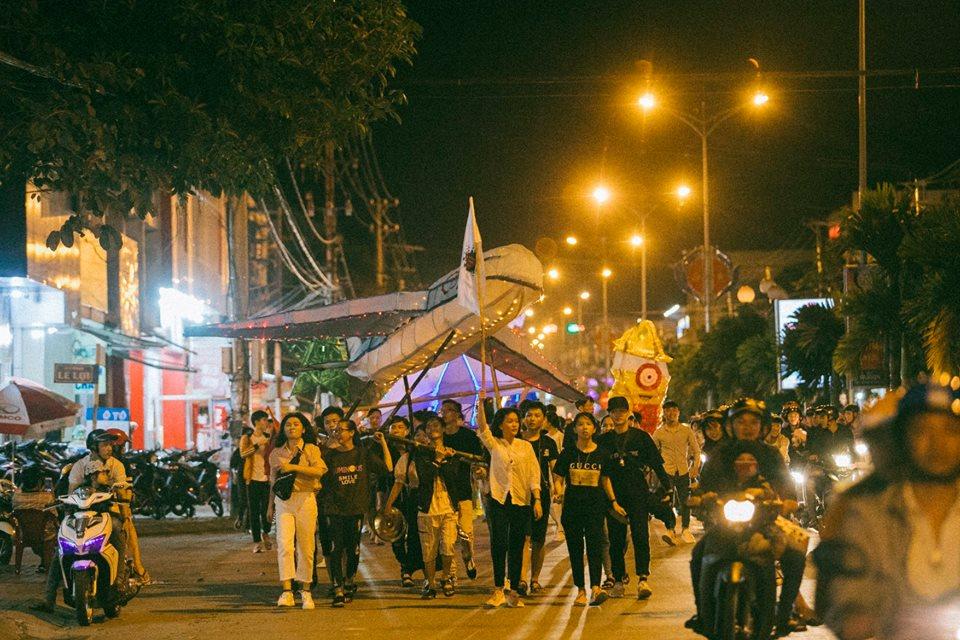 Các bạn trẻ đi bộ diễu hành một đoạn đường khá dài. Người trên phố cứ ngoái lại nhìn.