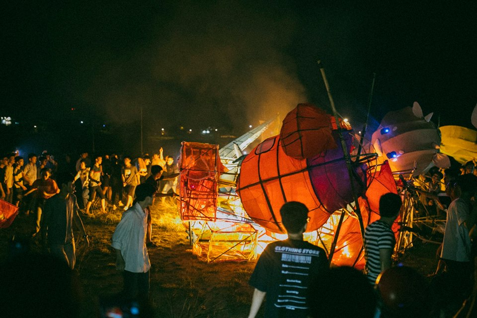 Trung thu của học sinh phố núi Kon Tum: Tụ họp 'chạy đèn', hô vang tên lớp náo nhiệt cả xóm 8