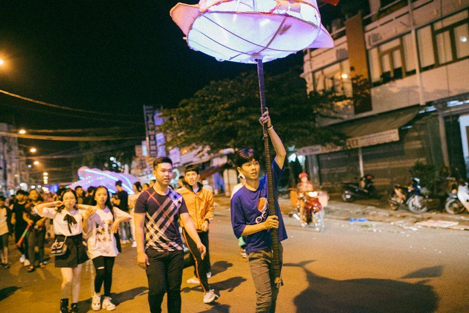 Trung thu của học sinh phố núi Kon Tum: Tụ họp 'chạy đèn', hô vang tên lớp náo nhiệt cả xóm 12