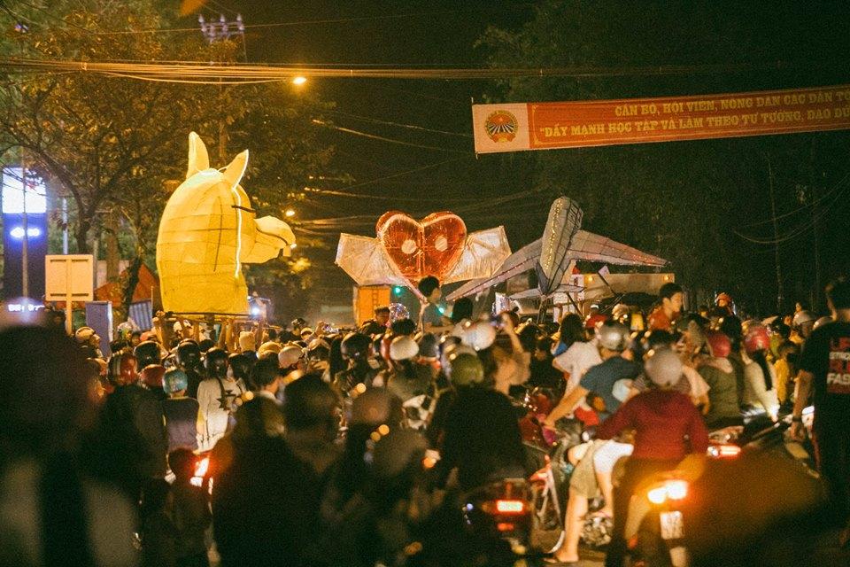 Trung thu của học sinh phố núi Kon Tum: Tụ họp 'chạy đèn', hô vang tên lớp náo nhiệt cả xóm 13
