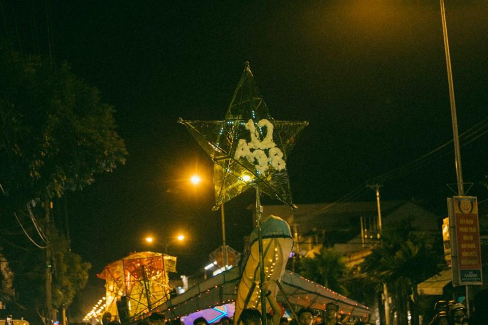 Trung thu của học sinh phố núi Kon Tum: Tụ họp 'chạy đèn', hô vang tên lớp náo nhiệt cả xóm 14