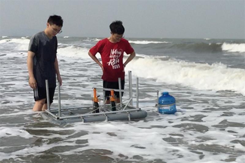 Long và Anh trong lần thực nghiệm hệ thống tại biển.