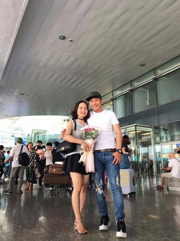 Màn cầu hôn lãng mạn tại sân bay của cặp đôi khiến nhiều người ghen tị.