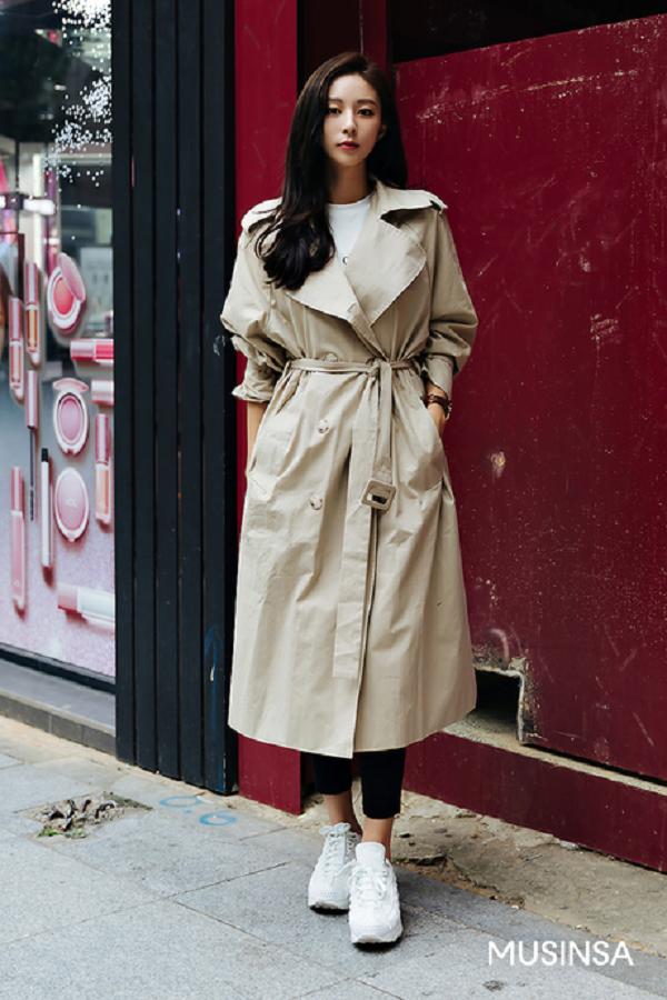 Trench coat màu camel luôn là một item xuất hiện nhiều trong các outfit của con gáixứ hàn, nhất là những set đồ street style. Dù mix với quần hay váy thì bạn sẽ luôn có được một bộ trang phục sành điệu và thanh lịch nhất.