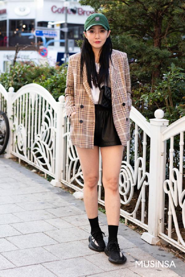 Áo blazer kẻ ô, quần short da và áo phôngtạo nên một combo hoàn hảo trong những ngày giao mùa.