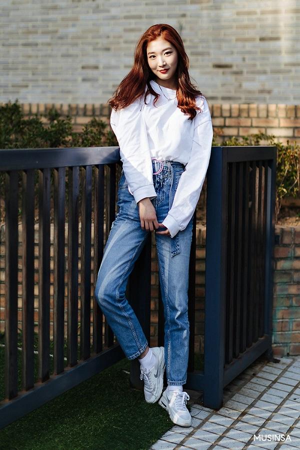 Áo thun dài tay xuất hiện khá nhiều trong tủ đồ mùa thu của các cô nàng xứ sở Kim chi. Chẳng cần cầu kì phức tạp, với item này, đơn giản nhất bạn hãy mix cùng quần jean và giày thể thao.