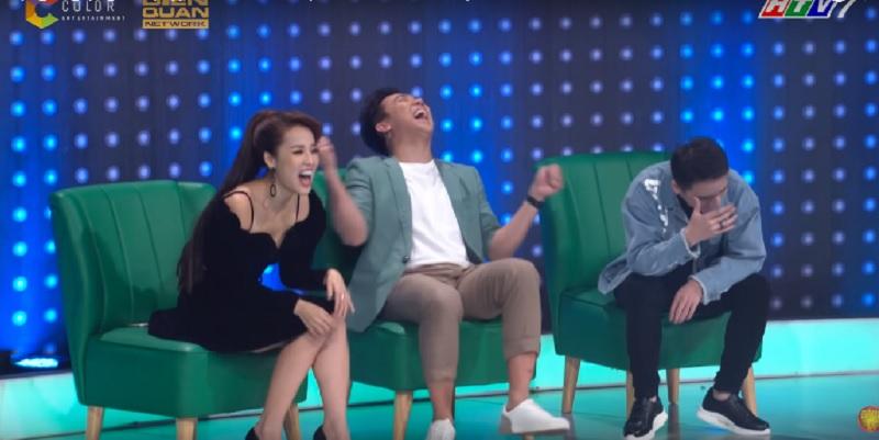 Cả đội Trấn Thành 'cười như được mùa' trước giọng hát giải trí của hot girl.