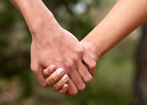 Cách nắm tay tiết lộ điều gì về mối quan hệ của bạn? 1