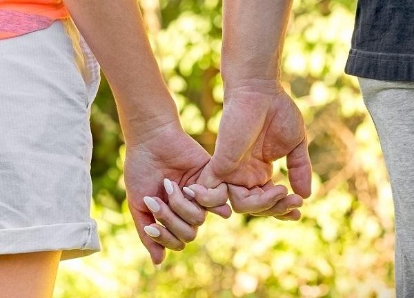 Cách nắm tay tiết lộ điều gì về mối quan hệ của bạn? 3