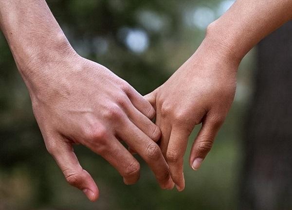 Cách nắm tay tiết lộ điều gì về mối quan hệ của bạn? 4