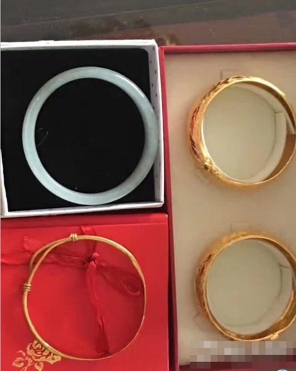 Những món trang sức đắt tiền được xếp thành hàng là một phần hồi môn mà bố mẹ cho con gái trước khi về nhà chồng