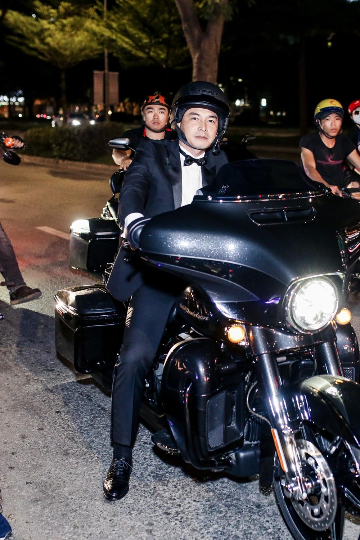 Quách Ngọc Ngoan dẫn đầu đoàn mô-tô tới dự buổi ra mắt phim.