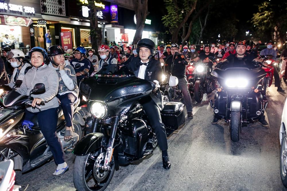 Quách Ngọc Ngoan 'cưỡi'mô-tô khủng ra mắt phim 'Người bất tử' 0
