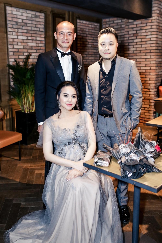 Quách Ngọc Ngoan cùng vợ chồng đạo diễn Victor Vũ và diễn viên Đinh Ngọc Diệp.