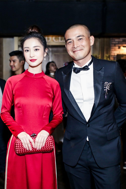 Jun Vũ nổi bật và ấn tượng trong bộ áo dài màu đỏ chụp ảnh cùng nam diễn viên chính Quách Ngọc Ngoan.
