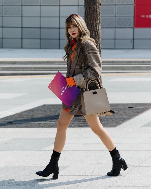 Dù thời tiết khá lạnh nhưng cũng không ngăn cản nổi các cô nàng xứ Hàn khoe chânthon.
