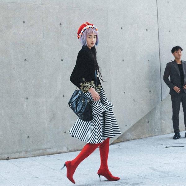 Từ cách mix match trang phục cho đến việc sử dụng phụ kiện, làm tóc, cô bạn này khiến nhiều ngườichú ý vì vẻ ngoàinổi bật.