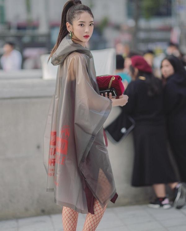 Không chỉ tìm cách thu hút sự chú ý bằng màu sắc, cô bạn này còn lựa chọn kiểu trang phục có phom dáng và chất liệu khá độc đáo.