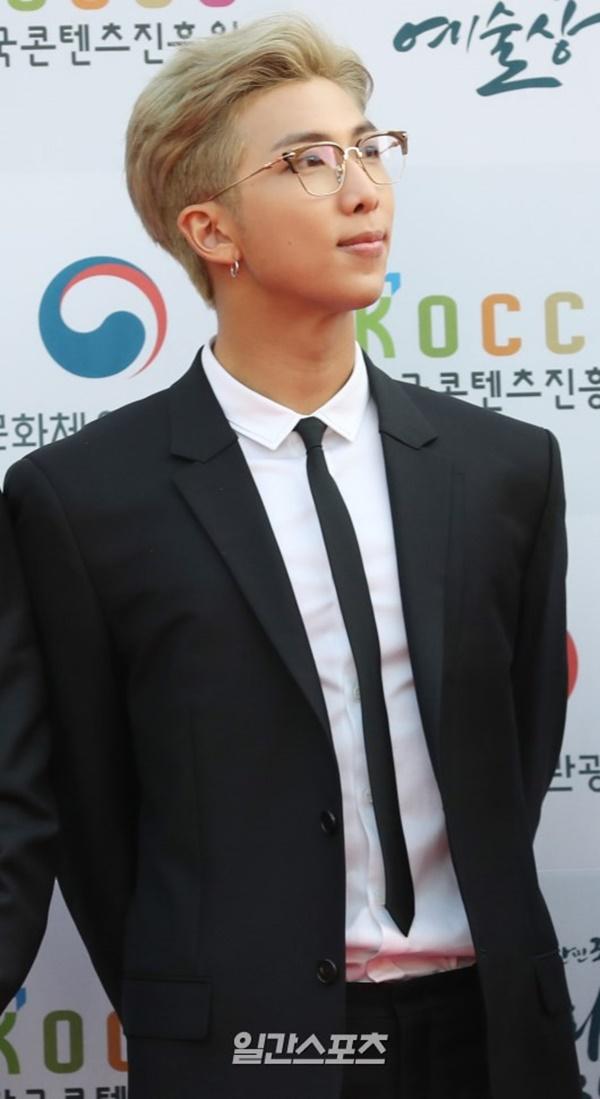Trưởng nhóm RM được chú ý và yêu mến nhiều hơn sau bài phát biểu đầy cảm hứng tại UNICEF. Sự thông minh và khả năng ngoại ngữ đỉnh của anh chàng khiến các fan nữ khắp nơi mê mẩn.