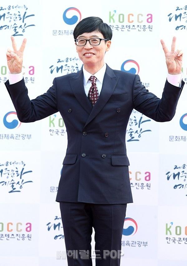 'MC quốc dân' Yoo Jae Suk hài hước ngay cả khi tạo dáng chụp ảnh.
