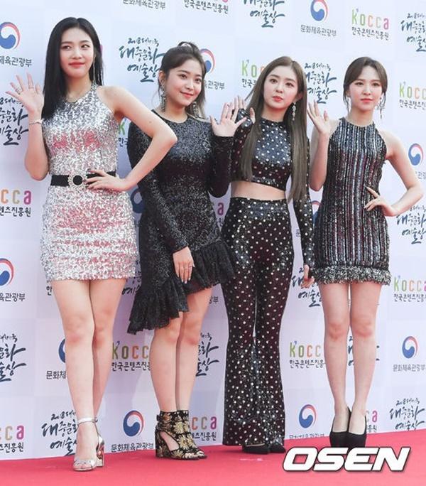 Red Velvet nổi bật với trang phục lấp lánh. Tuy nhiên các cô gái nhà SM lại bị chê sexy quá đà.