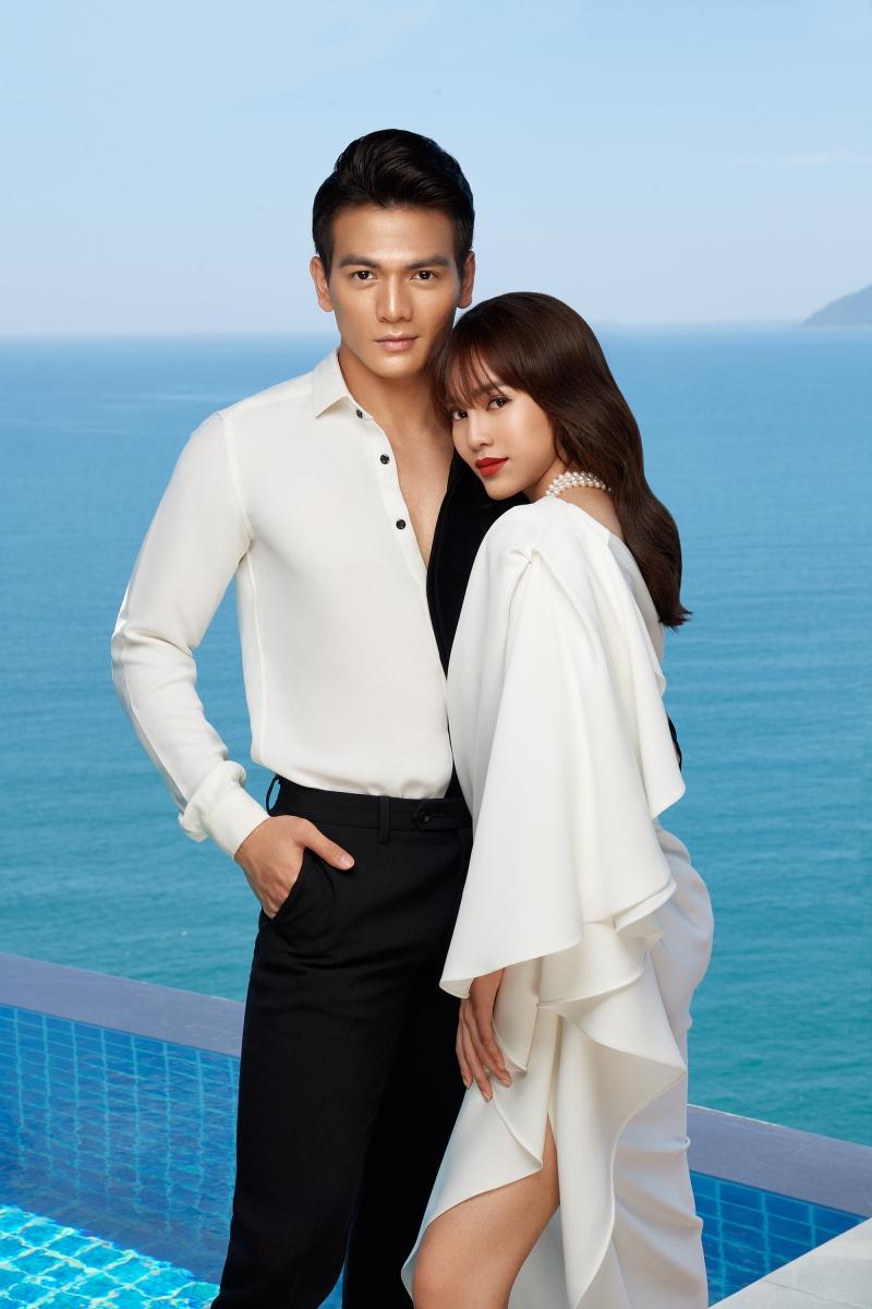 Lê Xuân Tiền đơn giản nhưng không kém phần ấn tượng với chiếc áo sơ mi có hai mảng màu đối xứng lạ mắt.