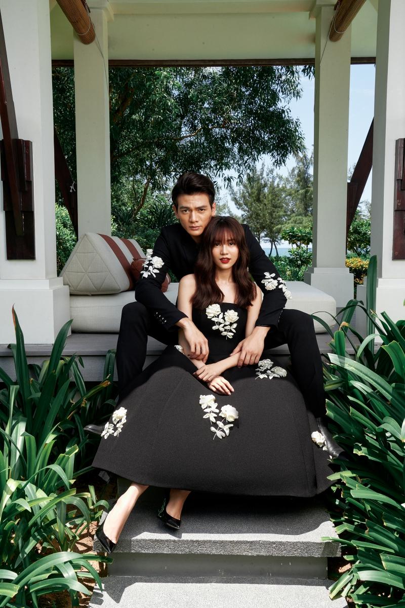 Bộ vest của Lê Xuân Tiền trở nên lạ mắt, đặc biệt với hoạ tiết hoa hồng tương phản.