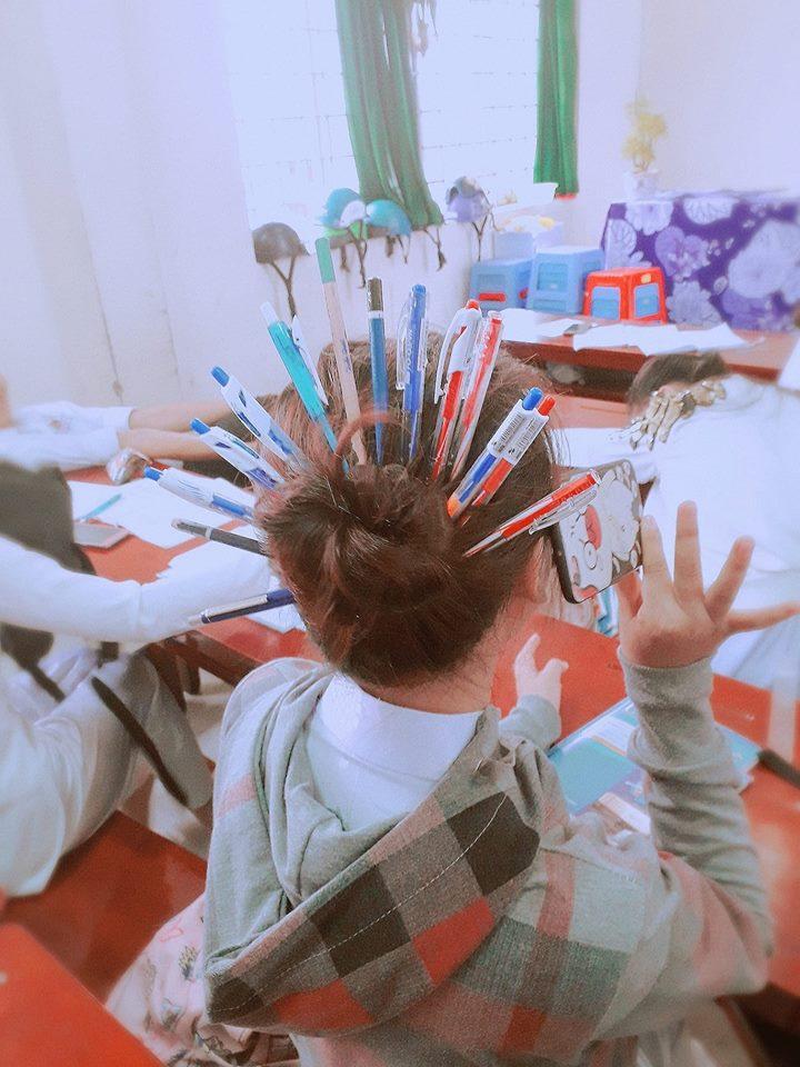 Chỉ với những cây bút và 'thần thái xuất thần' giới trẻ Việt đang nghĩ ra một trào lưu vô cùng độc đáo