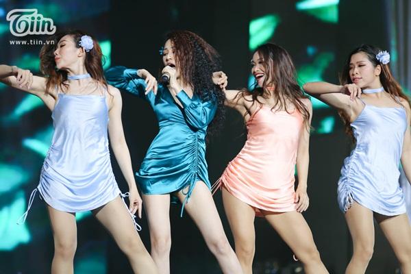 Lần đầu xuất hiện sau 'bão tin đồn', Bảo Anh nhảy cực sung trình diễn bản hit gây tranh cãi 7