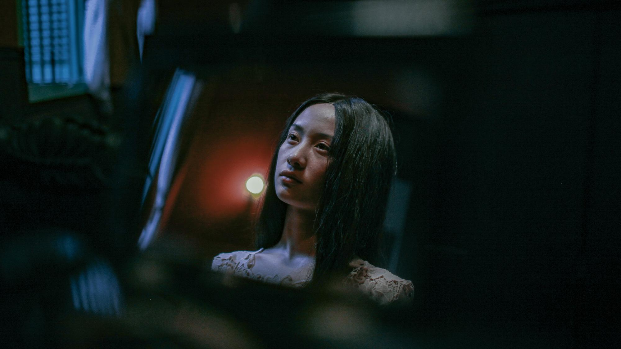 'Hết hồn' khi thấyJun Vũ bất động trước gương như một bóng ma 1