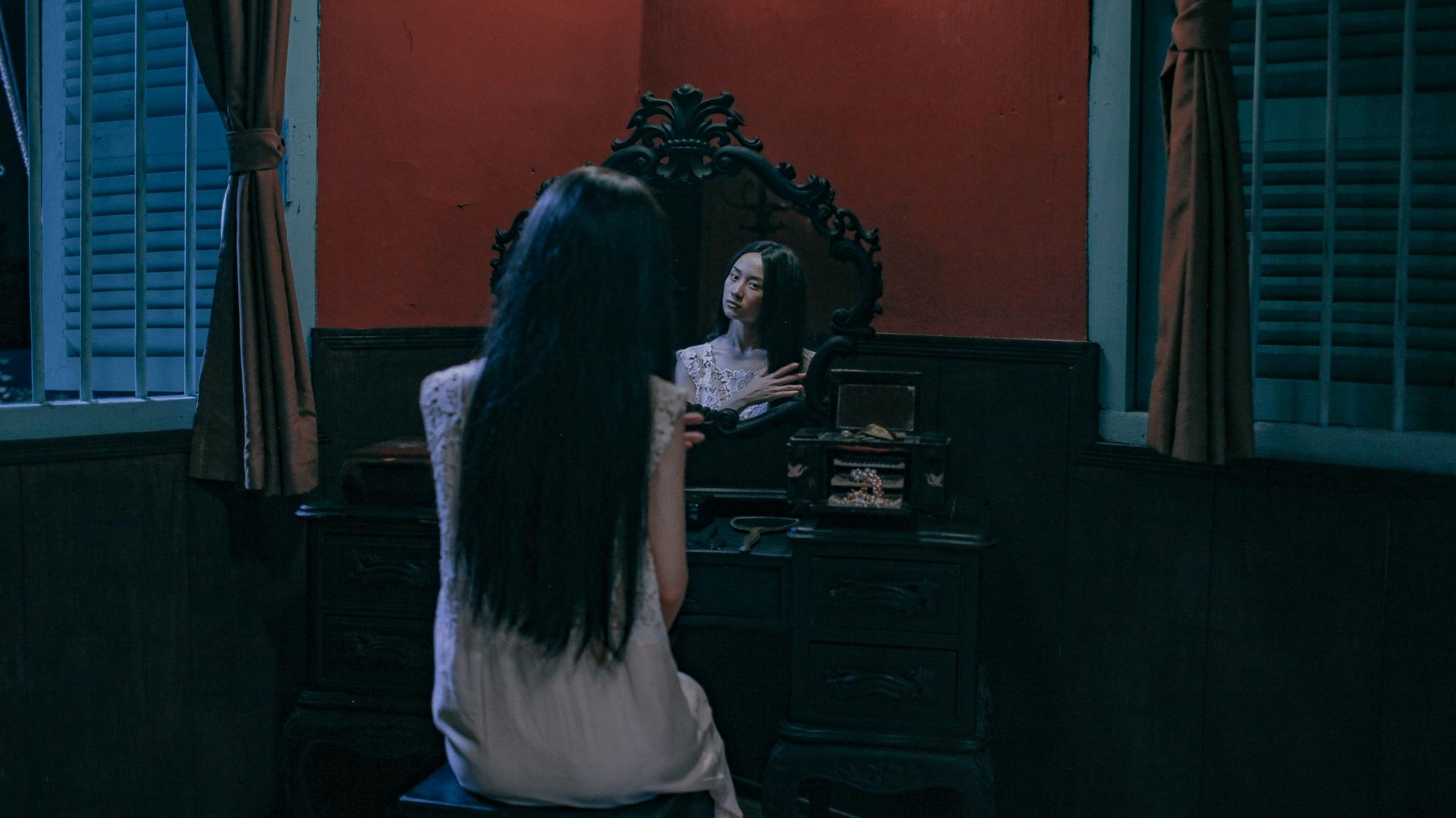 'Hết hồn' khi thấyJun Vũ bất động trước gương như một bóng ma 2