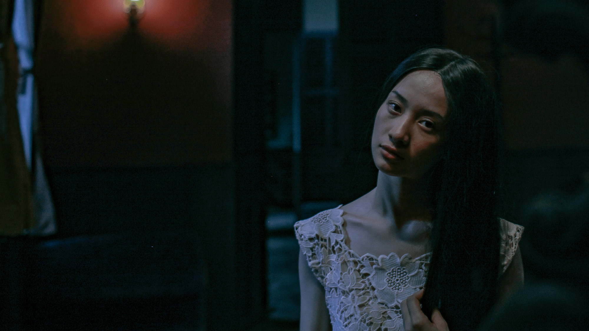 'Hết hồn' khi thấyJun Vũ bất động trước gương như một bóng ma 5