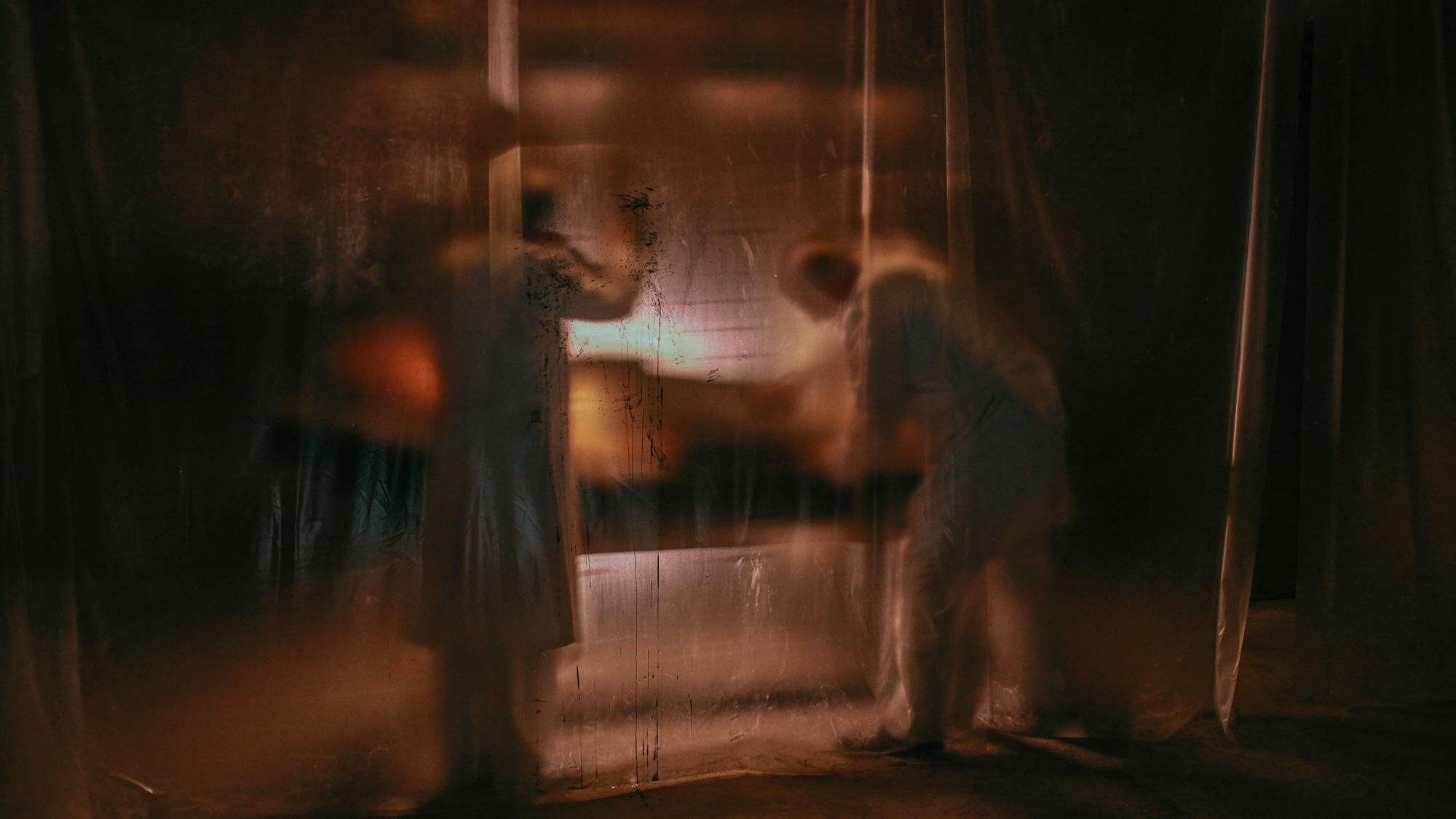 'Hết hồn' khi thấyJun Vũ bất động trước gương như một bóng ma 0