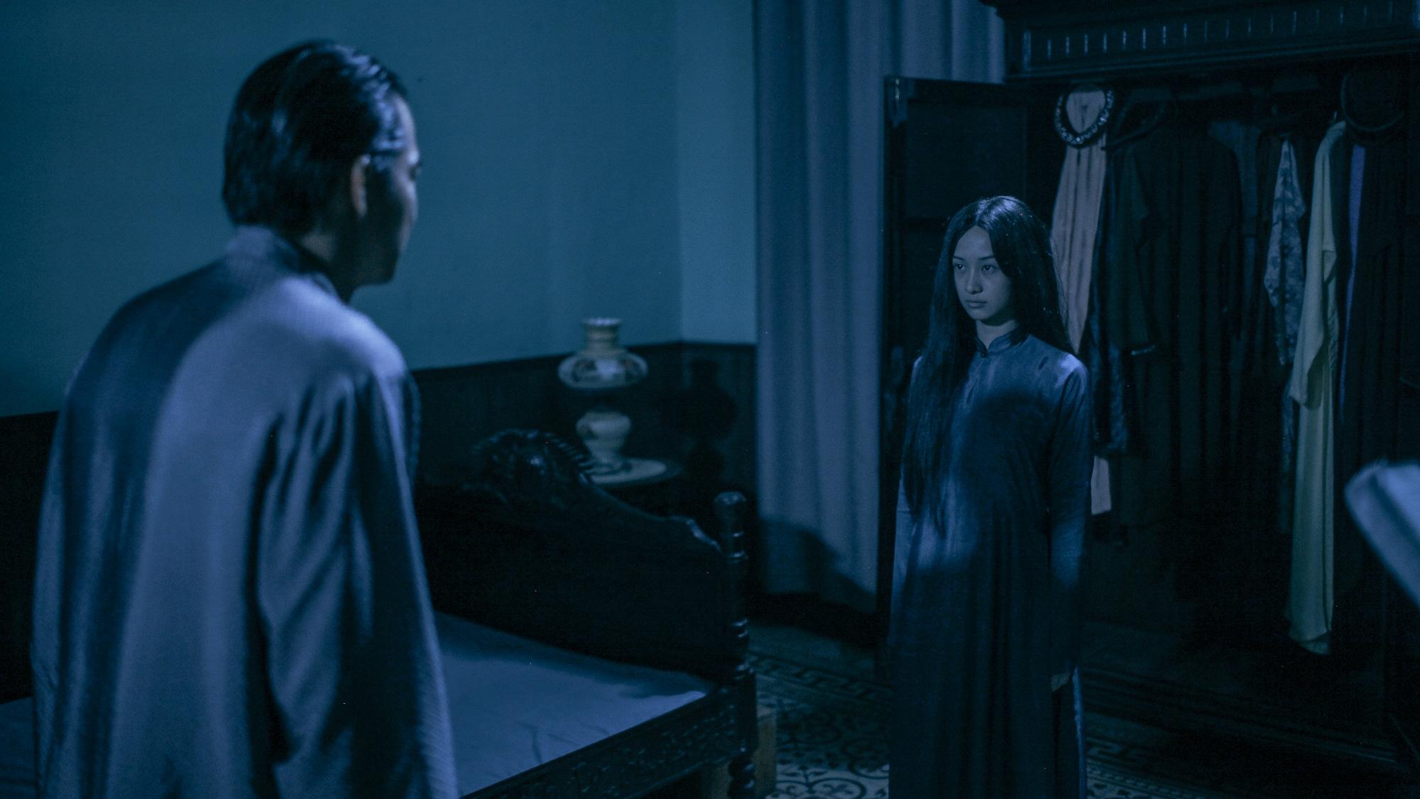 'Hết hồn' khi thấyJun Vũ bất động trước gương như một bóng ma 9