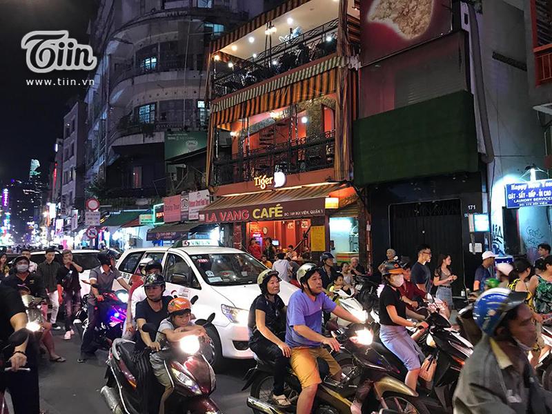 Dòng người đổ ra đường đên Halloween ở Sài Gòn ngày một đông