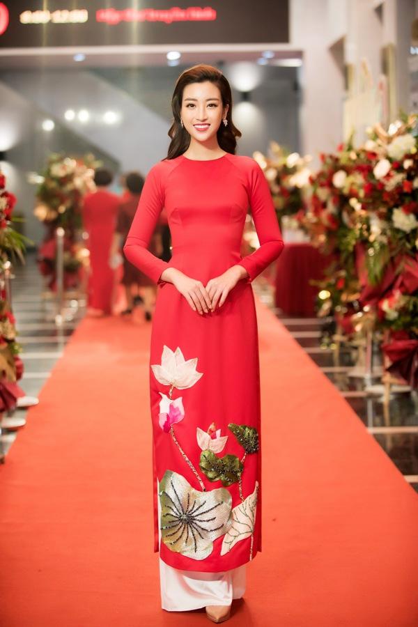 Là đại sứ của chương trình, Hoa hậu Đỗ Mỹ Linh xuất hiện tại buổi Gala trong bộ áo dài màu đỏ nổi bật nhưng vẫn giữ được nét thanh lịch của NTK Thủy Nguyễn.
